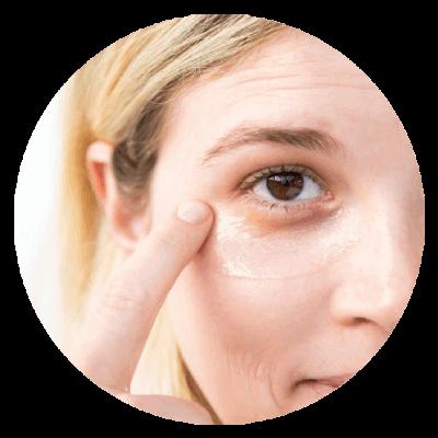 Smarowanie zmarszczek pod oczmai kremem pod oczy